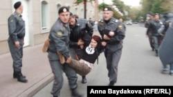 """В автозак несут участницу """"оккупации"""" мэрии, пришедшую на прием к Собянину"""