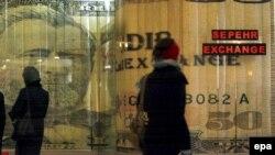 Впервые с момента создания валюты евро доллар опустился по отношению к ней так низко