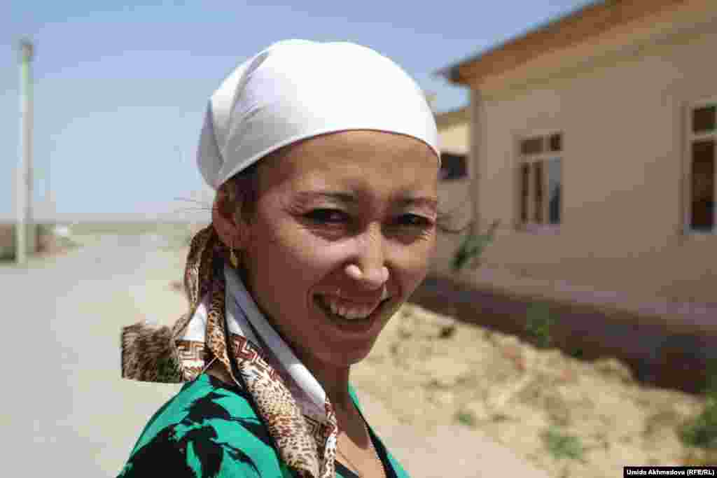 Darkhan's mother, Asiya, is on her way to take morning pilafs to the ​neighbors. One of Dairbai and Zylikha's daughters-in-law, Gulmira, has cooked pilaf for the morning.