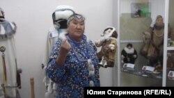 Некоторые работы мастер показывала на куклах: за семь тысяч километров всего не привезешь