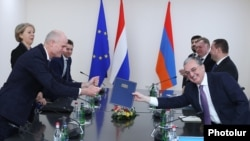 Armenia -- Foreign Minister Zohrab Mnatsakanian (R) begins talks with his Dutch counterpart Stef Blok, Yerevan, January 23, 2020.