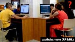 Türkmenistanyň Internet kafeleriniň birinde Internetden peýdalanýan ýaşlar.