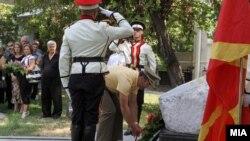 Шефот на Генералтабот на АРМ Горанчо Котевски положи цвеќиња на споменикот на загинатите бранители во 2001.2012