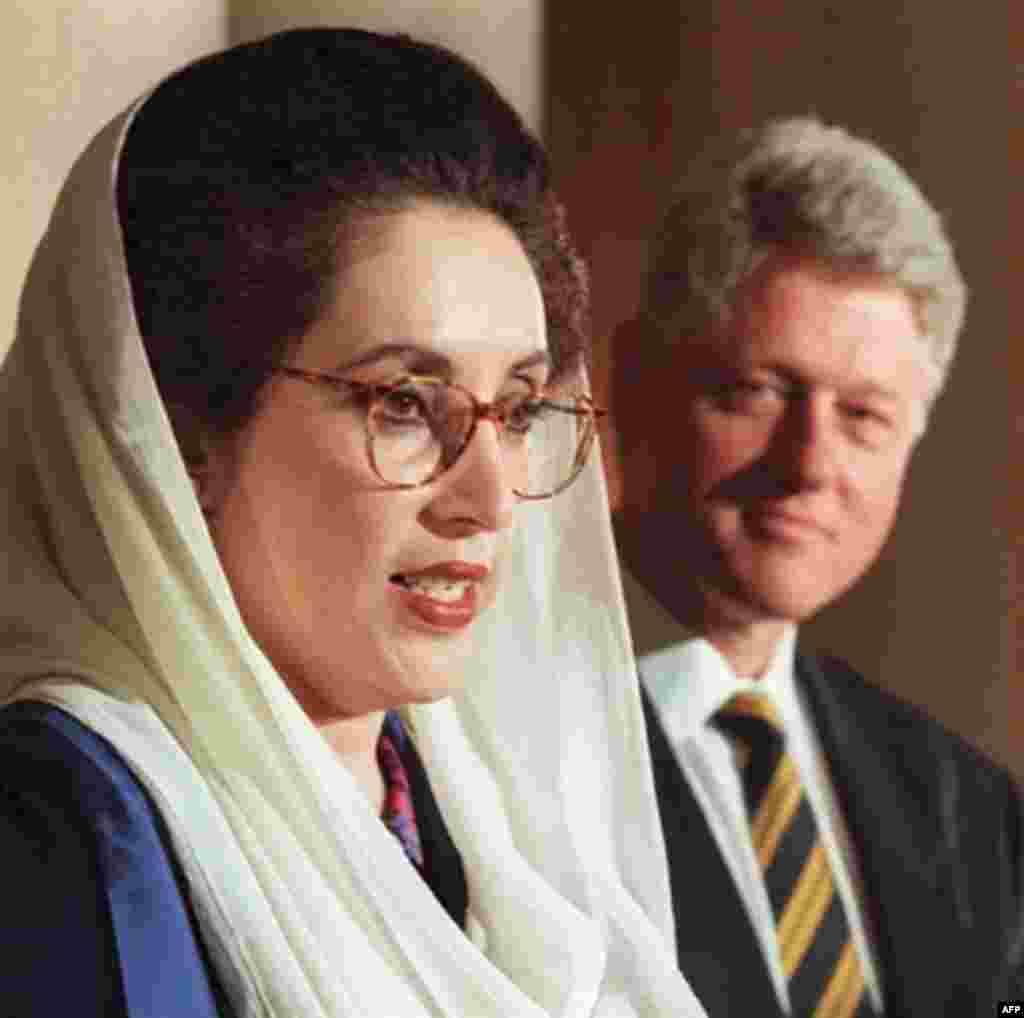 بی نطیر بوتو که بار دیگر در پاکستان به قدرت رسیده بود برای جلب رضایت کلینتون در معامله خرید جنگنده های اف 16 بار دیر به کاخ سفید رفت.
