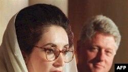 Беназир Бҳутто ҳангоми сухан дар нишасти муштараки матбуотӣ бо президенти ИМ, Билл Клинтон дар Кохи Сафед, 11 апрели соли 1995.
