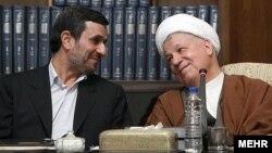 Иранның қазіргі президенті Махмуд Ахмадинежад (сол жақта) пен бұрынғы президенті Акбар Рафсанджани. Тегеран, 21 сәуір 2012 жыл