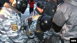 Несколько активистов были задержаны еще до начала акции, другие - уже во время митинга