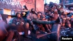 Шерушілер баррикадаларында демалып жатыр. Киев, 29 қаңтар 2014 жыл.