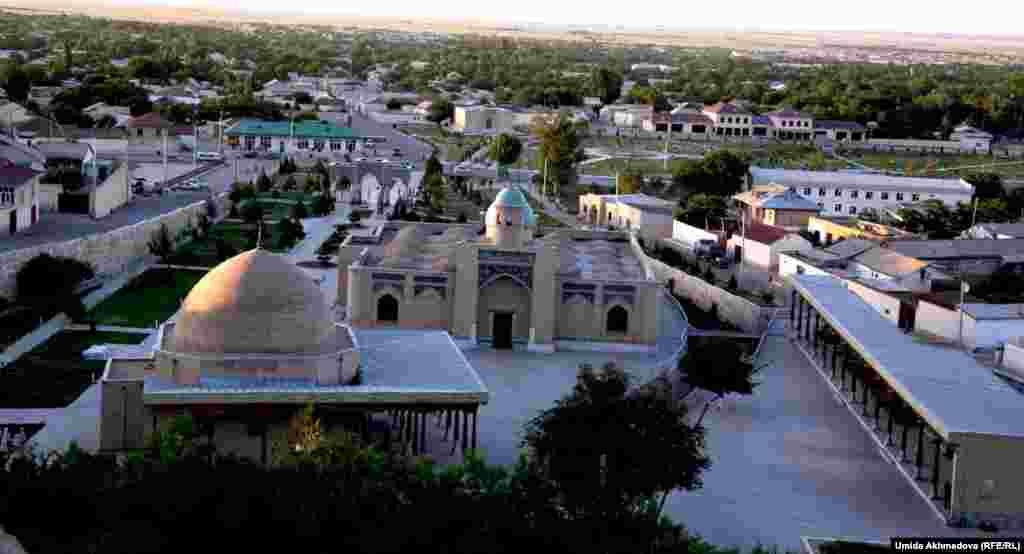 Общий вид на мавзолей Айтеке би и прилегающие кварталы города.