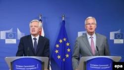 Ministrul britanic David Davis și negociatorul-șef din partea UE, Michel Barnier la prima lor întîlnire, în iulie, la Bruxelles