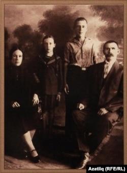 Мидхәт Шакиров әтисе, әнисе һәм сеңлесе белән