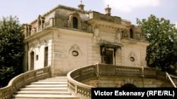"""Muzeul Național """"George Enescu"""", casa din spate în care a locuit Enescu, astăzi închisă"""