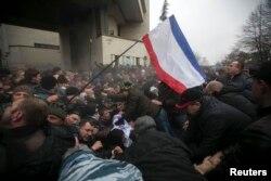 Столкновения между участниками митингов крымских татар и пророссийских сил перед зданием Верховной рады Крыма 26 февраля