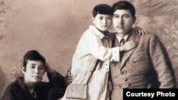 Міржақып Дулатов, Ғайнижамал Дулатова және қыздары Гүлнар. Орынбор қаласы, 1923 жыл.