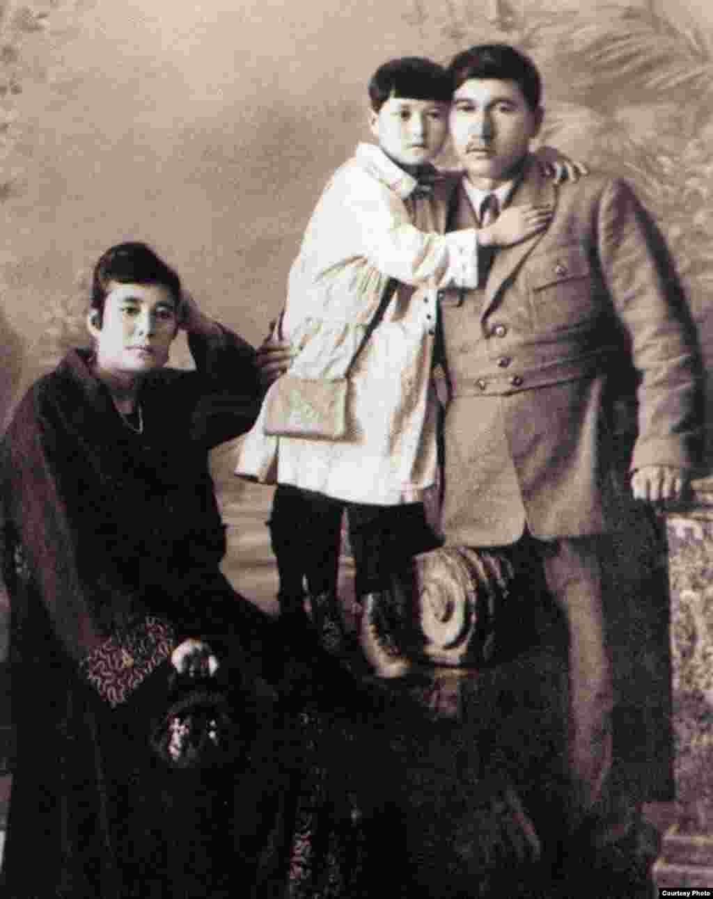 """Ғайнижамал, Гүлнар және Міржақып Дулатовтар. Орынбор, 1923 жыл. (Сурет """"Шындық шырағы"""" кітабынан алынды)."""