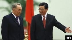 Қытай президенті Ху Цзиньтао қазақ президенті Нұрсұлтан Назарбаевты қарсы алып тұр. Бейжің, 20 желтоқсан 2006 ж.