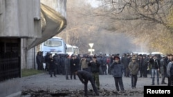 Бишкектеги спорт сарайынын жанындагы жардыруу болгон жер, 2010-жылдын 30-ноябры.