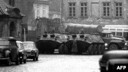 Бэтээры и грузовик Красной армии в Праге, 25 января 1969 года.