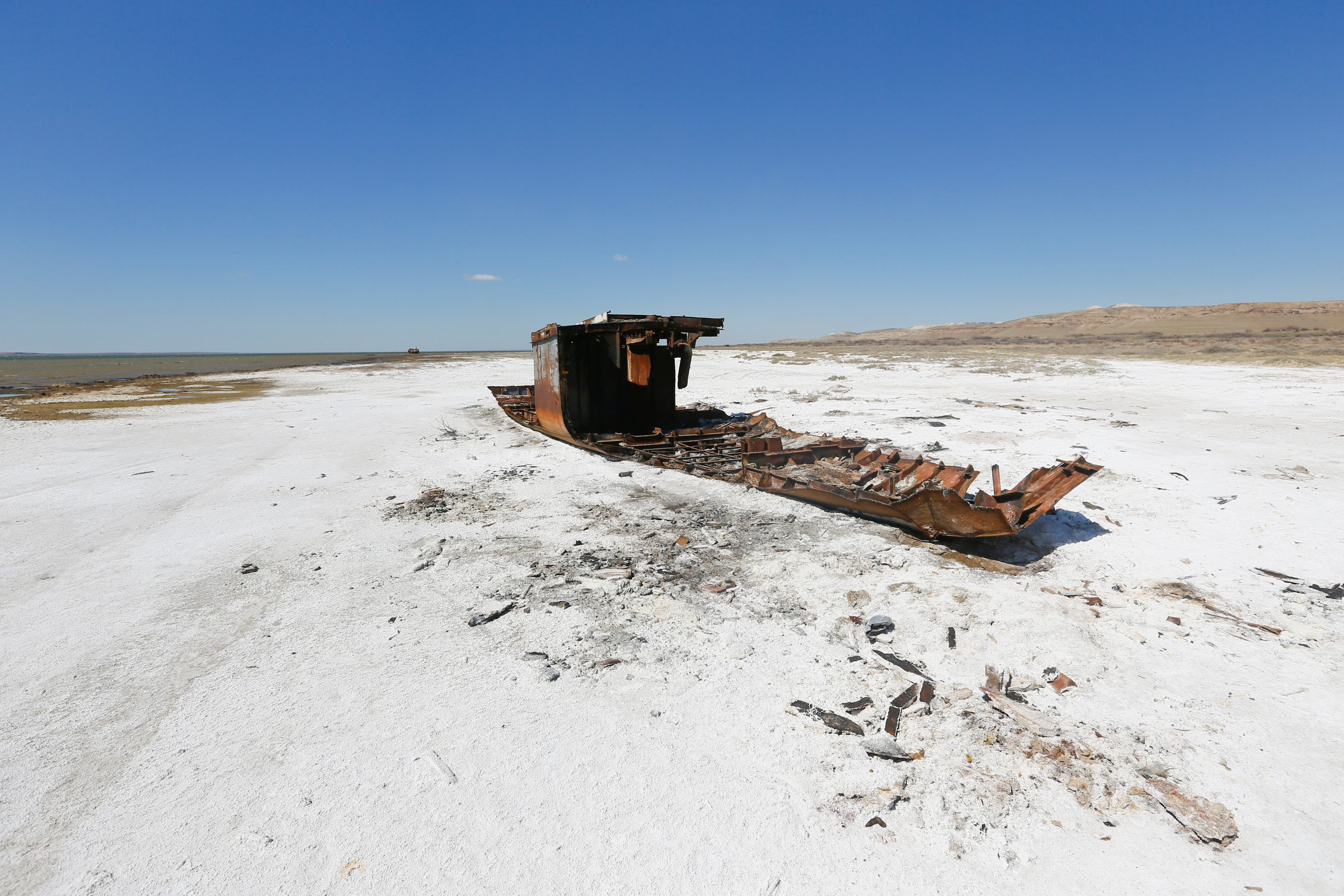 Лодка посреди пустыни. Это Казахстан?