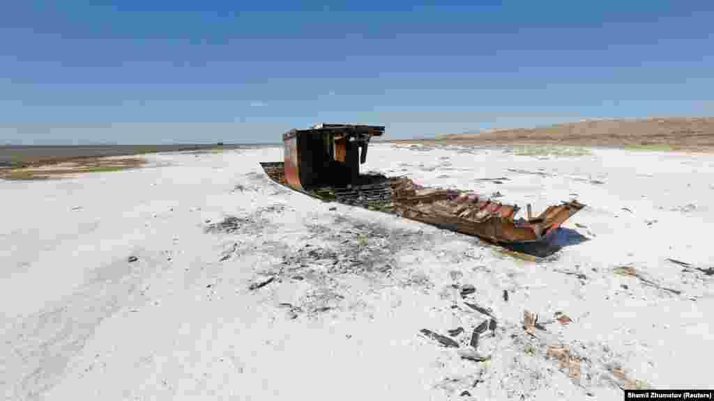 Разрушенный корабль лежит на засоленной части побережья Аральского моря недалеко от села Акеспе.