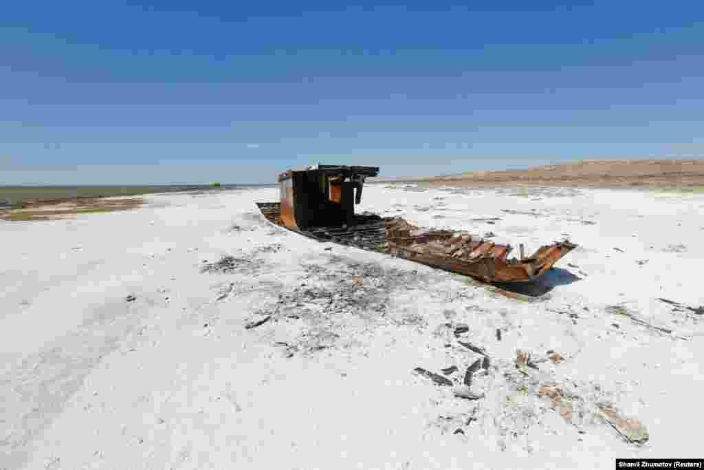 Арал теңізінің тартылған бөлігінде қалған балықшылар қайығының қаңқасы.