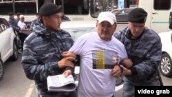 Астана полиция шеруге шыққан адамды әкетіп барады. (Көрнекі сурет)