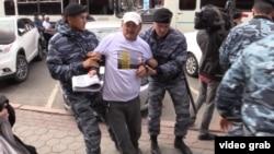 Полиция задерживает участников акции протеста в Астане. Иллюстративное фото.