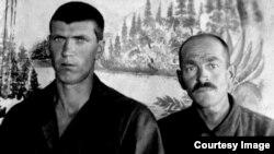 Праворуч Еміралі Ібраїмов (батько Джафера) і Муждаба (дядько Джафера з села Заланкой). Тульська область, м. Болохово, трудармія, вугільна шахта №26. 15 грудня 1945 року