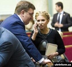 Народні депутати України із фракції «Батьківщина» Владислав Бухарєв і Юлія Тимошенко під час пленарного засідання парламенту. Київ, 10 грудня 2015 року