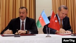 İlham Əliyev və Rəcəb Tayyip Ərdoğan Yüksək Səviyyəli Əməkdaşlıq Şurasının ilk iclasının protokolunu imzalayırlar, 25 oktyabr 2011