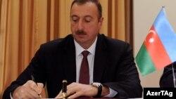 İlham Əliyev sənəd imzalayır