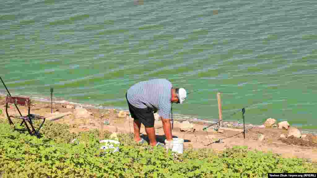 В Угловом есть небольшой пруд, в котором можно порыбачить