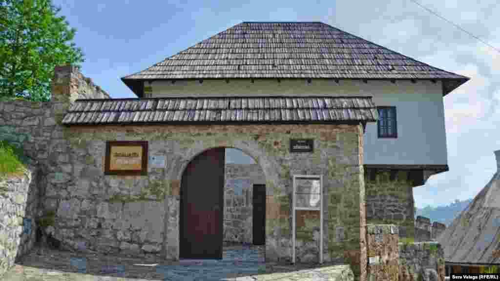 Gradska galerija se nalazi u staroj Kršlakovoj kući, na putu prema Tvrđavi (Starom gradu). Tačan datum izgradnje Kršlakove kuće se ne zna, ali se po načinu zidanja i stilu gradnje veže za 18. vijek. Stalnu postavku galerije čine slike jajačkih slikara čija su djela nastala tokom njihovog boravka u Jajcu. Osim slika dio stalne postavke su i skulpture jajačkog kipara Duška Rakite.