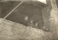 Юрий Караев (второй слева) вместе с одноклассниками