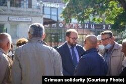 Николай Полозов с крымскими общественниками под зданием подконтрольного России Киевского районного суда Симферополя