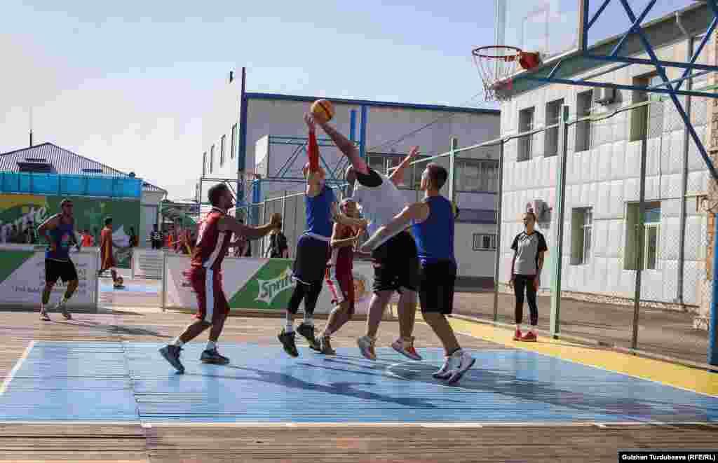 3х3 баскетболунда спортчулар туурасы 15, узундугу 11 метр болгон аянтчанын ичинде ойношот. Ал жерге бир шакекче орнотулат.