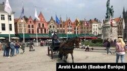 A belvárosokban legegyszerűbb lovaskocsin közlekedni. Ez Bruges főtere.