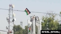 Протесты в Джелалабаде: протестующие пытаются установить национальный флаг Афганистана. 18 августа 2021 года.