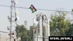 Демонстрантите во Џалалабад го подигнаа националното знаме на Авганистан