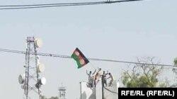 Протесты вДжелалабаде: протестующие пытаются установить национальный флаг Афганистана. 18 августа 2021 года