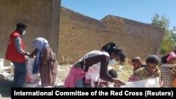 Эл аралык Кызыл Чырым уюмунун кызматкерлери Тиграйдын жашоочуларына жардам берүүдө. Эфиопия. 6-январь, 2021-жыл.