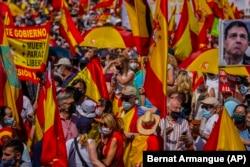 Демонстрация протеста в Мадриде после известия о планах правительства Испании помиловать 12 лидеров каталонских сепаратистов, признанных виновными в мятеже. Июнь 2021 года