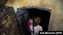 Մայրը և երեխան թաքնվում են ապաստարանում, Շուշի, Լեռնային Ղարաբաղ, 8 հոկտեմբերի, 2020թ.