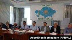 Жаңа қозғалыстың құрылатындығы жайлы мәлімдеме жасап жатқан белсенділер. Алматы, 23 маусым 2021