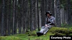 Fotograful Silviu Matei în pădurile din Munții Făgăraș, Sibiu, România.