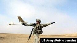 RQ-11 Raven (Карга) деп аталган алыстан башкарылчу учма аппарат АКШ жана Иран аскерлеринин согушчандарды издөө жана камоого алуу операциясы учурунда учурулуп жатат. Ирактын Пактия провинциясы.