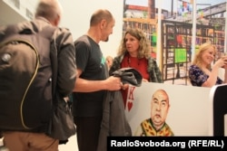 Засновниця «Ізоляції» Любов Михайлова під час перформансу «картковий будинок» у Dox. Прага, 10 червня 2015