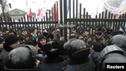 Милиция блокирует вход в здание суда для сторонников Юлии Тимошенко. Киев, 13 декабря 2011 года.