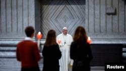 Ferenc pápa rózsafüzér-imádságot vezet májusban, amikor világszerte mindennap a járvány mielőbbi végéért imádkoztak a katolikus hívők. Vatikán, Szent Péter-bazilika, 2021. május 1.