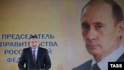 Dmitrij Rogozin i plakat sa likom predsednika Rusije Vladimira Putina